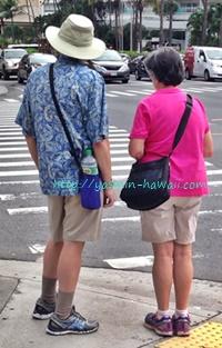 こちらは綿パンがお揃いのシニアのご夫婦。歩くことが多いハワイの観光では、こんなスタイルの外国人も多いです。
